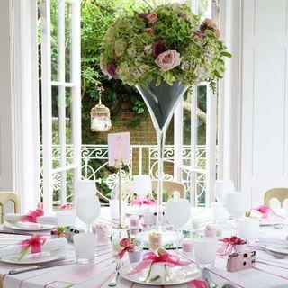 Une décoration de table vert anis et blanc, rose, argentée…
