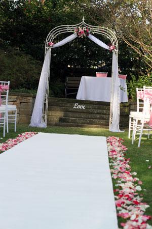 Quelques arches pour une d coration de mariage en exterieur mariage en vogue - Comment faire une arche ...