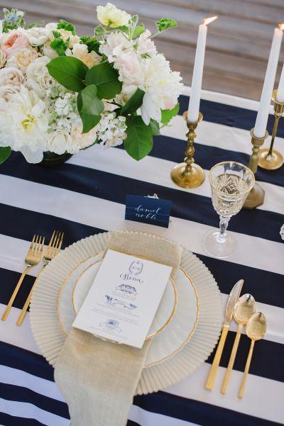 d corez vos tables de r ception en bleu roy et or mariage en vogue. Black Bedroom Furniture Sets. Home Design Ideas
